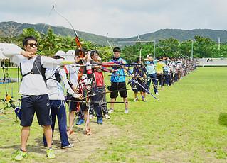 アーチェリー石垣島合宿で練習に汗を流す広島県チームの選手ら=14日午後、サッカーパークあかんま