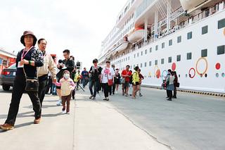 今年初寄港したスタークルーズ社のスーパースター・アクエリアス号から続々下船し、市内観光に繰り出す乗客ら=16日午前、石垣港F岸壁