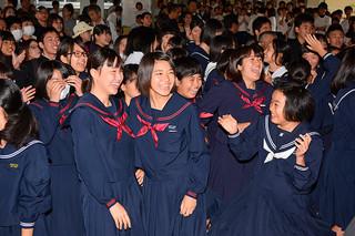 自分の番号を見つけ、合格を喜ぶ受験生たち=17日午前、八重山高校