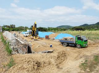 来年4月の供用開始に向け、土地造成工事が行われている新火葬場の建設現場。施設の候補名称は「やすらぎの森いしがき」に決まった=18日午前、石垣市大川
