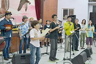 入賞者全員が自慢の歌詞を歌い上げて締めくくった「第1回石垣島結うた大会」=19日夜、大川公民館
