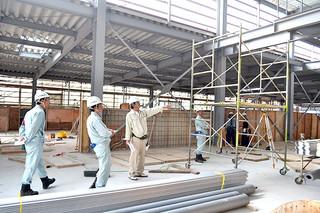 建設工事現場で足場の安全対策などを点検する関係者ら=20日午前、新栄町の水産加工施設