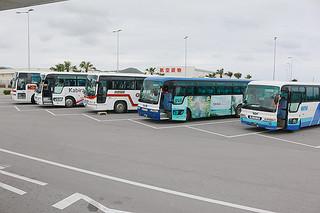 4月1日から貸し切りバスは距離と時間の両方を合算した新運賃制度に移行する=11日午後、南ぬ島石垣空港