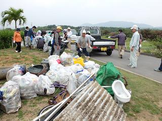 新川川で回収されたごみ。トタンに和式便器、自転車も出てきた=22日午前、新川川