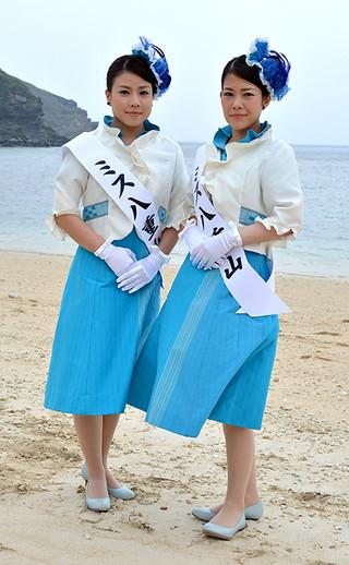 第36代ミス南十字星の大泊祥子さん(右)とミス星の砂の大底いろはさん=22日午後、久部良ナーマ浜