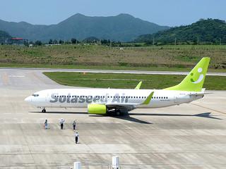 石垣—那覇路線で29日から運航を開始したソラシドエア機=29日午後、南ぬ島石垣空港