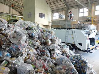 一般廃棄物最終処分場に搬入されたものの、処理ができず山積みになった缶類=1日夕、同処分場