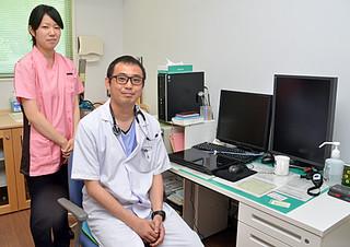 1日付で竹富診療所に着任した石橋興介医師と新地麻里香看護師=1日午後、同診察所