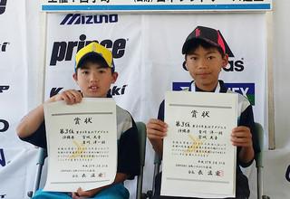 第14回全国小学生ソフトテニス大会で沖縄本島の選手とペアを組んで八重山勢初の3位を勝ち取った石垣ボレーズの吉川洋一朗(右)=3月31日、千葉県白子町サニーテニスコート(石垣ボレーズ提供)