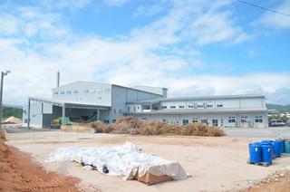 順調に操業が進み、原料ヤードにサトウキビが積み上げられている西表製糖工場=3日午後