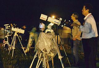 多くの市民らが訪れた皆既月食の観望会=4日夜、南ぬ浜町