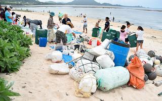 海LOVEネットワークの清掃活動で、ごみを回収する人たち=5日午後、米原海岸