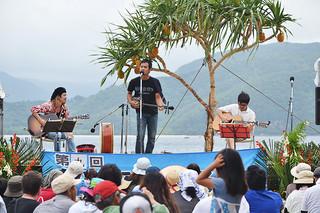 多彩な演目でステージで盛り上がり、600人の観客が詰め掛けた第9回船浮音祭り=18日午後、船浮・かまどま広場
