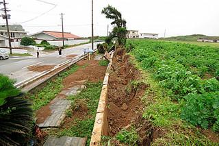 約40㍍にわたって倒壊した久部良中学校南側のブロック塀=19日午前、久部良(町役場提供)