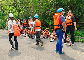 白浜消防分団などの協力を得て高台に避難した白浜小の児童ら=20日午前、白浜神社付近(白浜小提供写真)