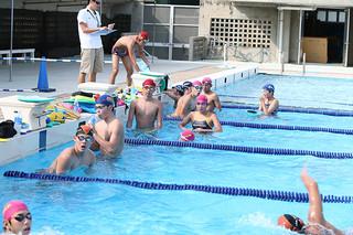 石垣島初の競泳合宿を行っている和歌山県立和歌山北高校水泳部員ら=23日午後、石垣市中央運動公園プール