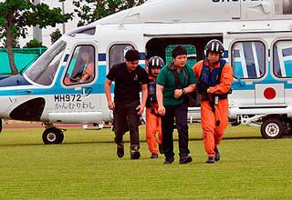 津波で流された人を救出という想定で陸上競技場に着陸した石垣航空基地のヘリ=26日午前