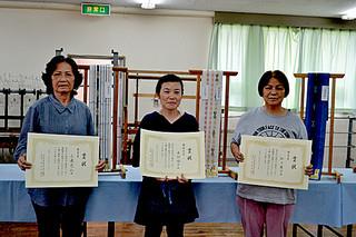 上位入賞した与儀あけみさん、来間倫子さん、松下康子さん(左から)=28日午後
