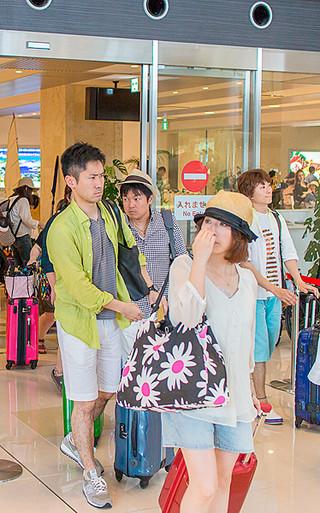 大型連休初日、県外から続々訪れた観光客ら=29日午後、南ぬ島石垣空港