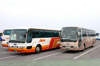 本年度から県内の貸し切りバス運賃が一律に完全移行した=1日午後、市内バス会社