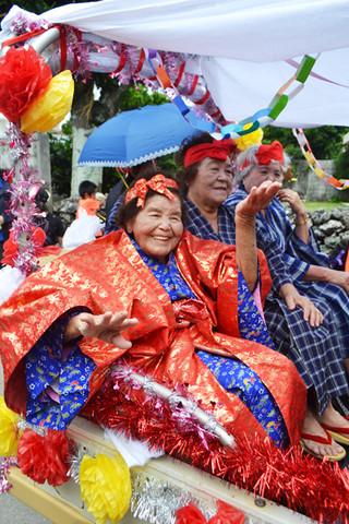多くの人たちの祝福に、うれしそうに手踊りをする山城ハルさん=2日午前、小浜島