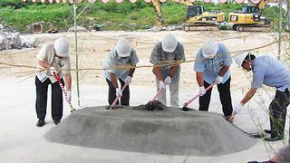 JAおきなわ与那国製糖工場の新築工事の起工式で行われたくわ入れ=1日、同工場予定地