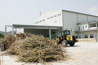 部品の故障で3日間、操業が止まった西表製糖工場=資料写真