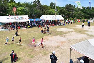 約35年ぶりに島内で開催した運動会には大勢の島出身者が参加=3日午前、新城島上地の新城公民館前広場