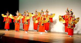 16団体の210人が踊りや三線、太鼓などを披露した郷土芸能の夕べ第16回子供の日公演=3日午後、市民会館中ホール