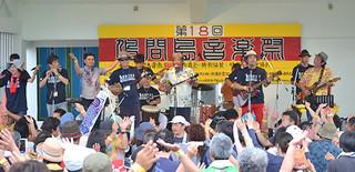 約2000人の観客で盛り上がった第18回鳩間島音楽祭=3日午後、野外ステージ