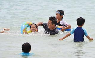 大型連休最終日を海水浴で楽しむ人たち=6日午前、マエサトビーチ