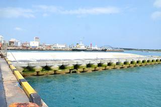 石垣港第4上屋海側で進められているフェリーバースの整備=7日午後