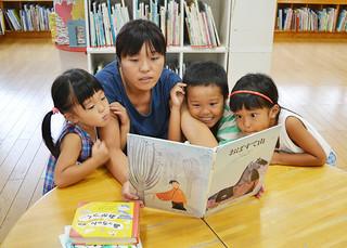 読み聞かせを楽しむ親子連れ=2014年7月30日午後、石垣市立図書館