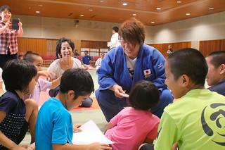 子どもたち銀メダルを見せる杉本美香さん=10日午後、市総合体育館武道場