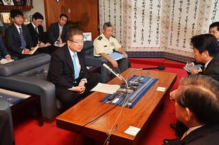 中山義隆石垣市長と面談した左藤章防衛省副大臣(左)=11日午後、市長室