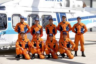 11管石垣航空基地に配置された機動救難士ら=15日午後、石垣航空基地ヘリポート