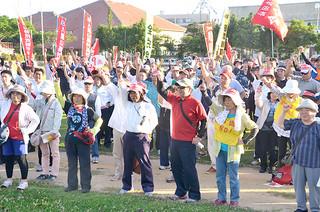 「武力に頼らない世界平和の実現」に向け、「頑張ろう」と気勢を上げる参加者=15日夕、新栄公園