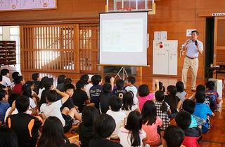 e-ネットキャラバンでスマホの安全な利用法を学ぶ児童ら=17日午前、石垣小体育館