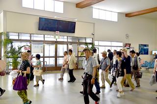 停止している各船会社の運航と発着案内を示す大型モニター=23日午前、石垣港離島ターミナルロビー