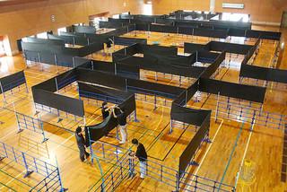 チャレンジ迷路の準備をする市職員ら=26日午後、市総合体育館サブアリーナ