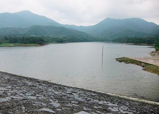 梅雨入り後の大雨で貯水率が回復しつつある真栄里ダム=26日午後0時30分ごろ