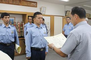 県警本部の照屋隆課長から表彰状を受け取る川畑大樹巡査長=28日午後、八重山署
