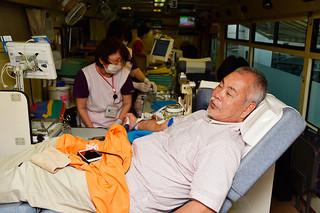 1日から始まった移動献血。初日は82人が協力した=1日午前、市役所構内の移動献血車
