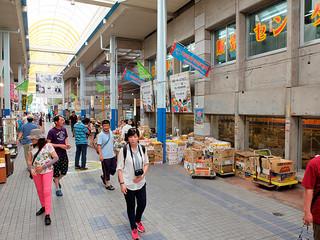 タウンマネージメント石垣が管理運営する公設市場(右)やユーグレナモール。クルーズ船寄港日には台湾人観光客らで賑わう=5月28日午後