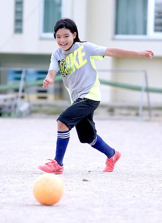 八重山初の県トレセン女子U—12に選出された新谷希乃風=4日夕、平真小学校グラウンド