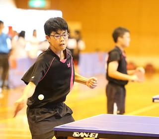 卓球男子団体を制した石垣第二の第1番手として先勝した仲嶺吉朗=5日午後、市総合体育館サブアリーナ