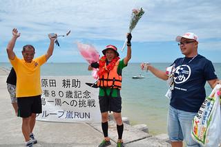 ウオーキングとカヌーで石垣島一周を達成した原田さん=7日午前、ホテルサンシャイン
