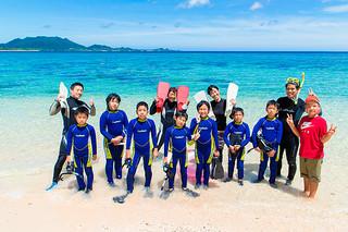 シュノーケリング体験に参加した川原小学校の児童ら=9日午前、米原ビーチ