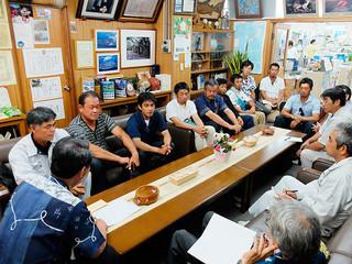 要請に訪れた西表島さとうきび生産組合の組合員ら。刈り取り終了後に残るサトウキビの買い取りを求めた=9日午後、町長室