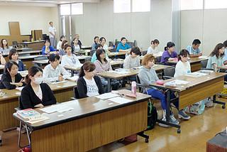 石垣市の保育士試験対策講座を受講する人たち=13日午前、市役所会議室